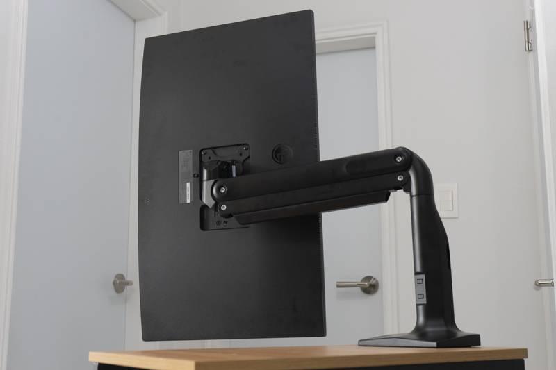 모니터암을 쓰면 책상 공간을 좀 더 효율적으로 쓸 수 있다. 사진은 루나랩 제품