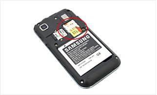 일반적인 단말기는 후면 배터리 커버를 벗기면 유심카드 슬롯을 확인할 수 있다.