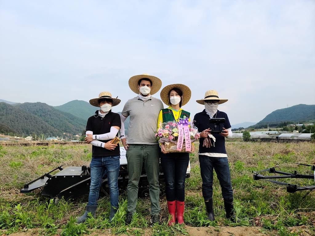 김보영 심바이오틱 대표(왼쪽에서 세번째)와 임직원들. 출처 = 심바이오틱