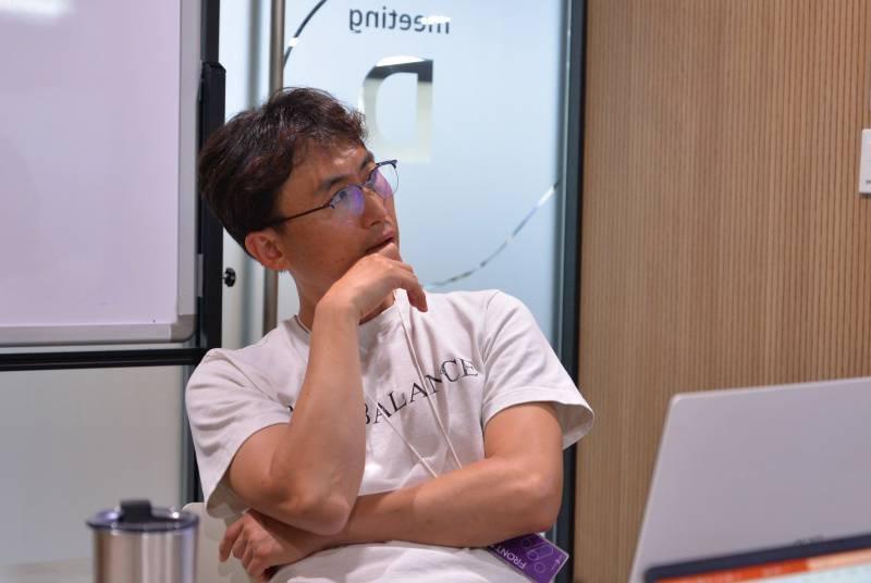 생각에 잠긴 팀와이퍼 문현구 대표, 출처: IT동아