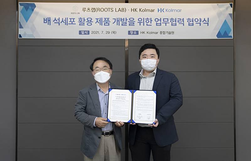콜마와 업무협약을 체결하는 김명원 루츠랩 대표(오른쪽). 출처 = 루츠랩