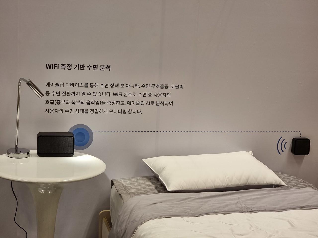 ▲ 수면 상태를 사운드를 통해 파악하는 에이슬립. 베개 사이에 기기 두 개를 둔 뒤 잠들면 사운드를 통해 수면 상태를 모니터링한다.