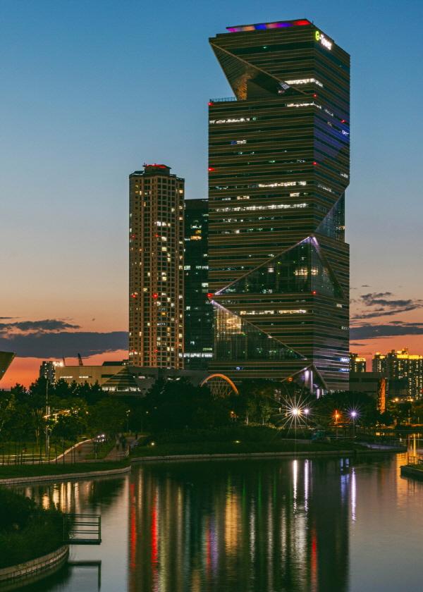 건물의 빛과 일몰이 어우러져 꽤 낭만적인 풍경을 선사한다